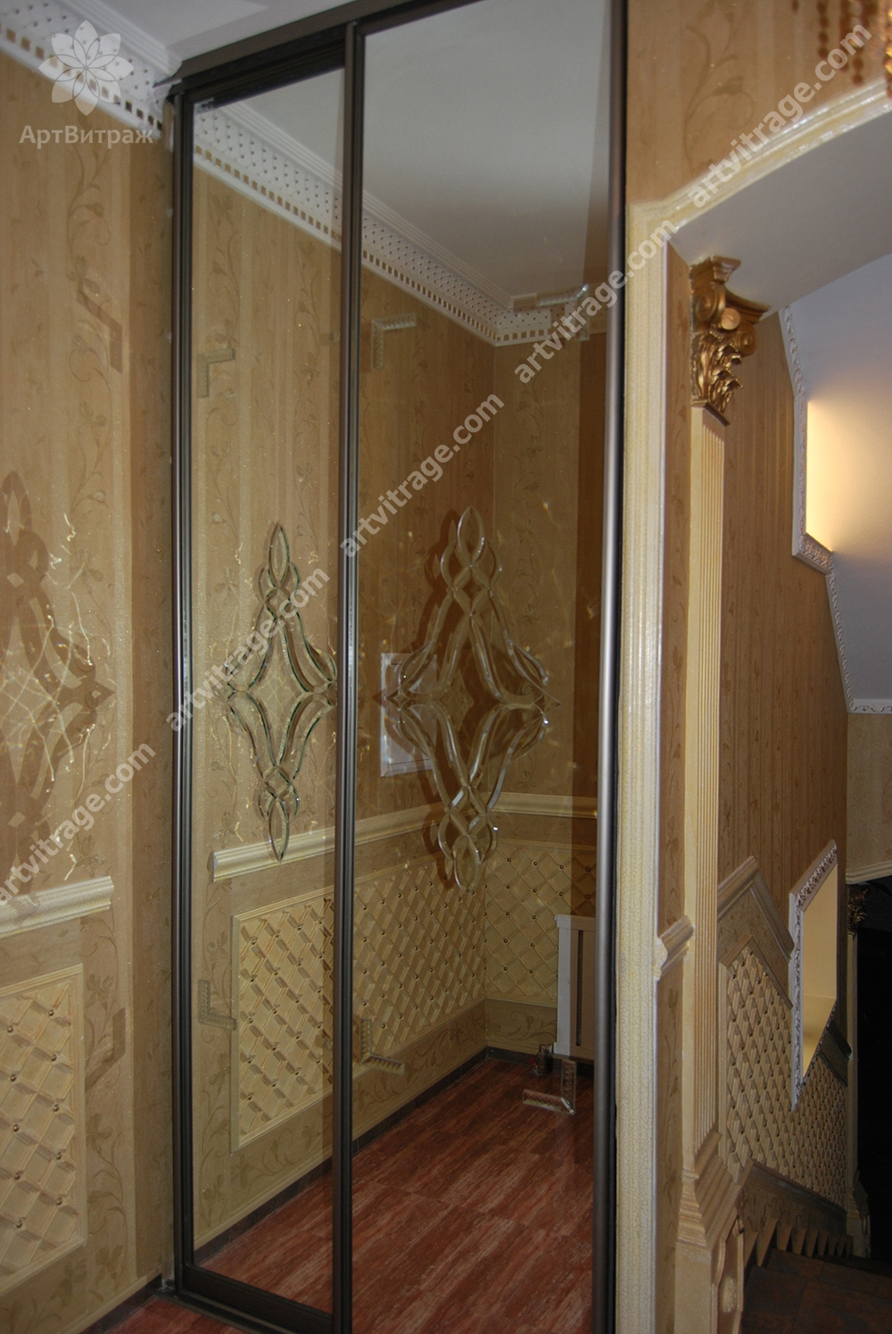 Шкаф с хрустальными элементами