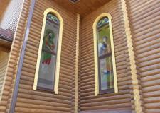 Накладные витражи на окнах в храме