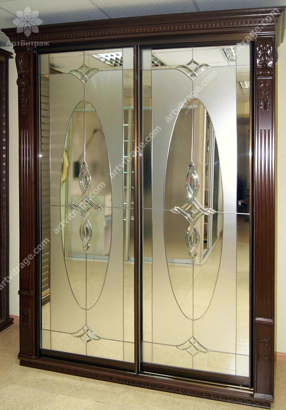 Зеркальный шкаф-купе выполненный в двух техниках с использованием пескоструйной обработки