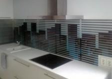 Кухонная панель «взгляд из под жалюзи»