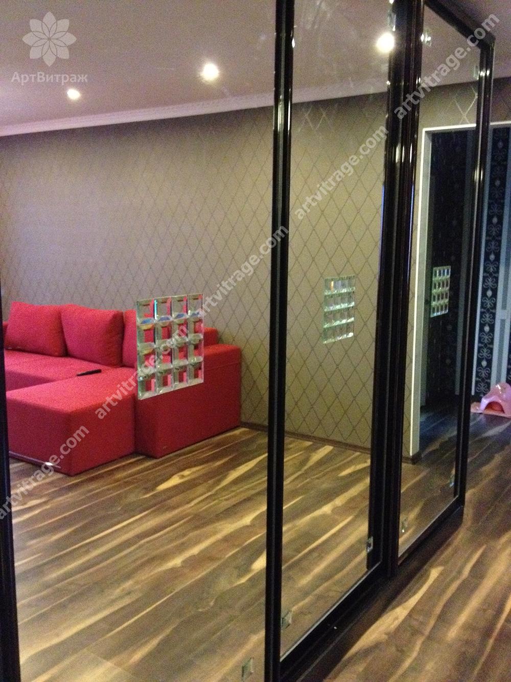 Зеркальный шкаф-купе с хрустальными элементами