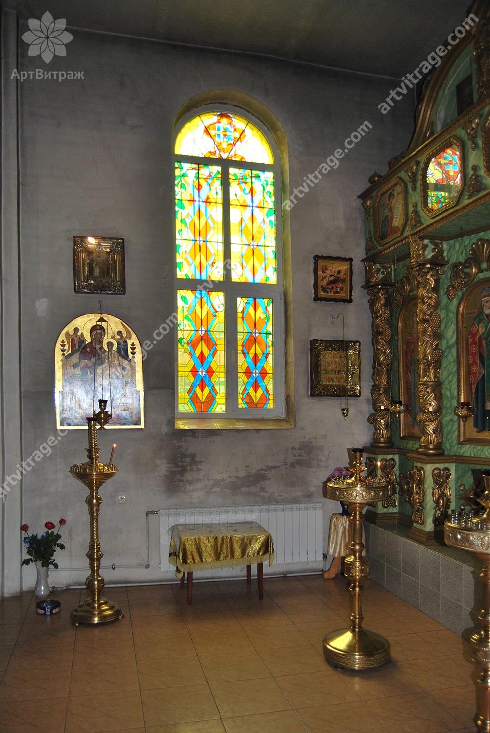 Витраж в окно храма