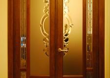Двери с хрустальными витражами