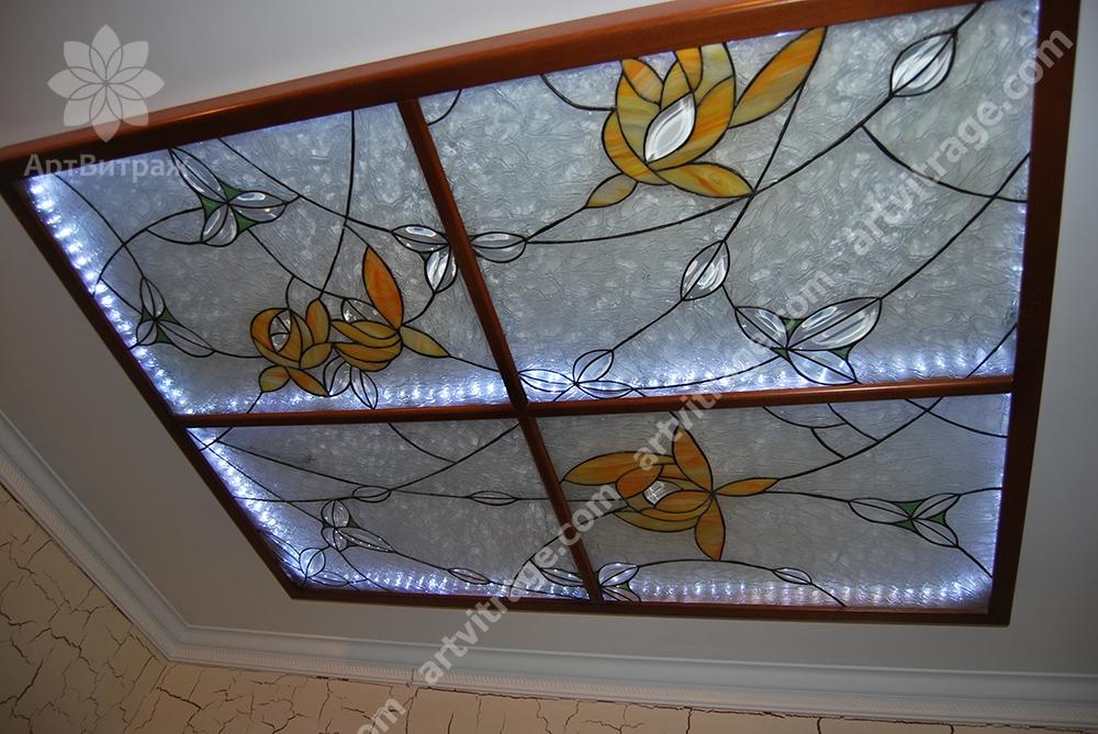 Полупрозрачный витраж Тиффани для потолка. В витраже использованы эксклюзивные фацетные элементы.