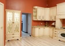 Витражные двери шкафа и кухонный фасад